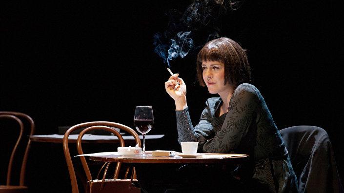 Актриса Яна Хербста в спектакле Девушка в кафе