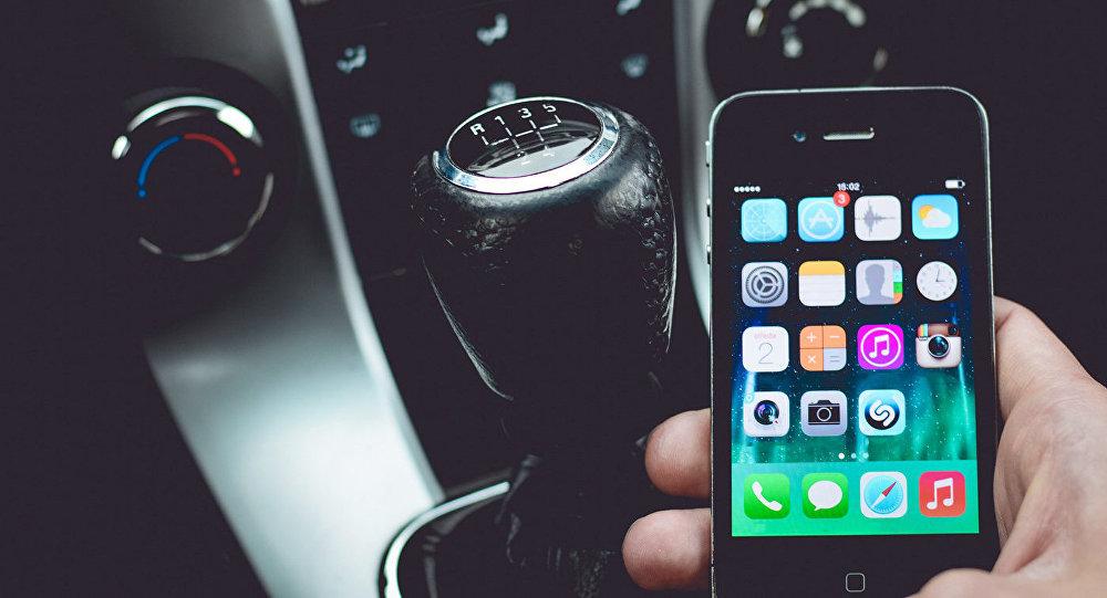 Смартфон в руках водителя
