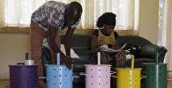 Urnu sagatavošana balsošanai vēlēšanu iecirknī Banžulā, Gambija, 2017