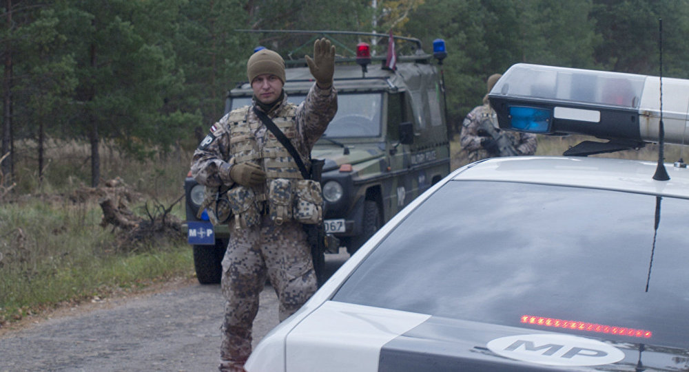 ВЛатвии автомобиль изколонны НАТО протаранил бензовоз