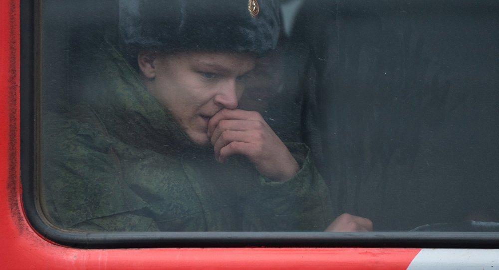 Российский военный в вагоне поезда