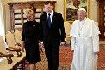 Президент Латвии Раймондс Вейонис и его супруга Ивета с Папой Римским Франциском во время встречи в Ватикане, 2 июня 2017