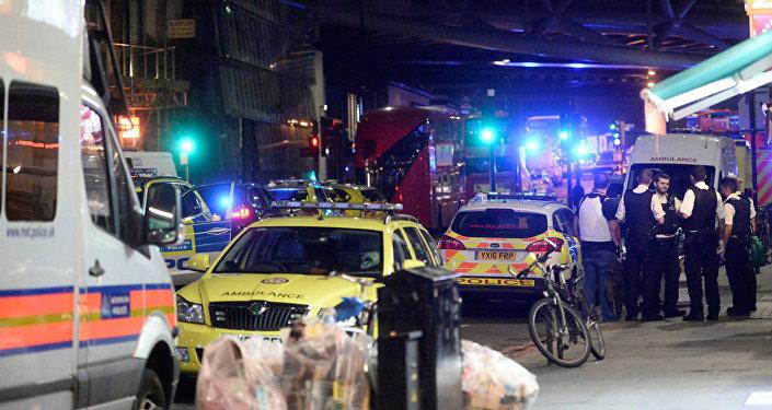 Policija un ātrās palīdzības automašīna notikuma vietā uz Londonas tilta, 2017. gada 4. jūnijs