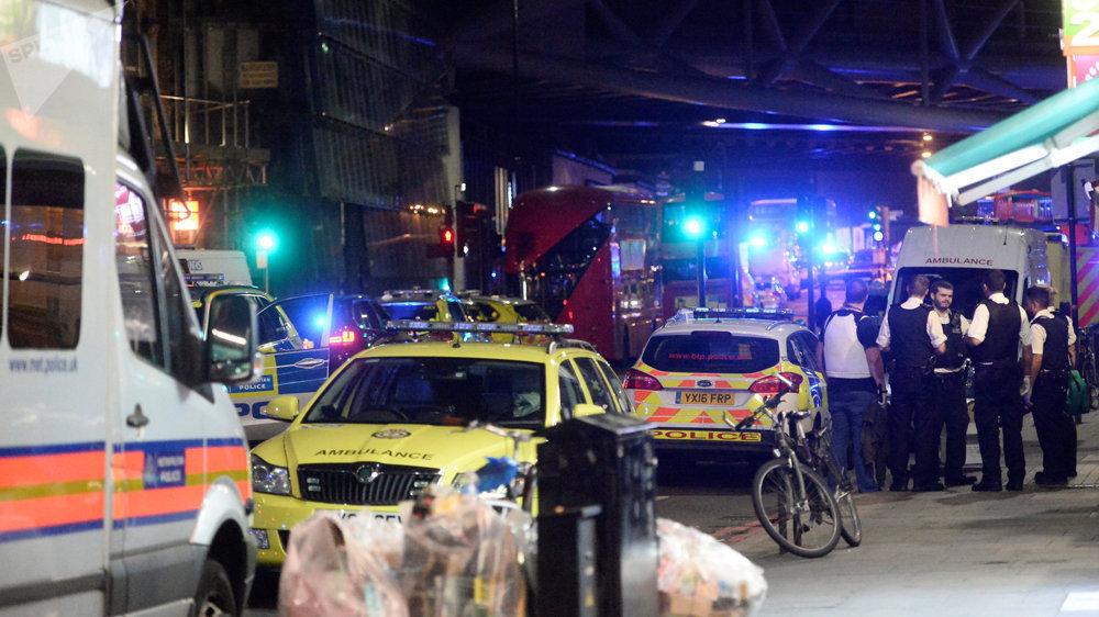 Полиция и скорая на месте происшествия на лондонском мосту, 4 июня 2014