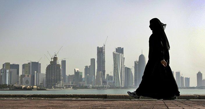 Kataras sieviete Dohas fonā