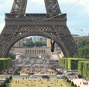 Parīzē daži cilvēki ar trosi nolaidās lejā no Eifeļa torņa.