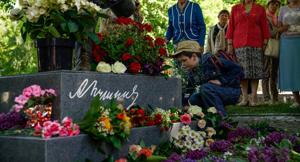 Мальчик возлагает цветы к памятнику Пушкину