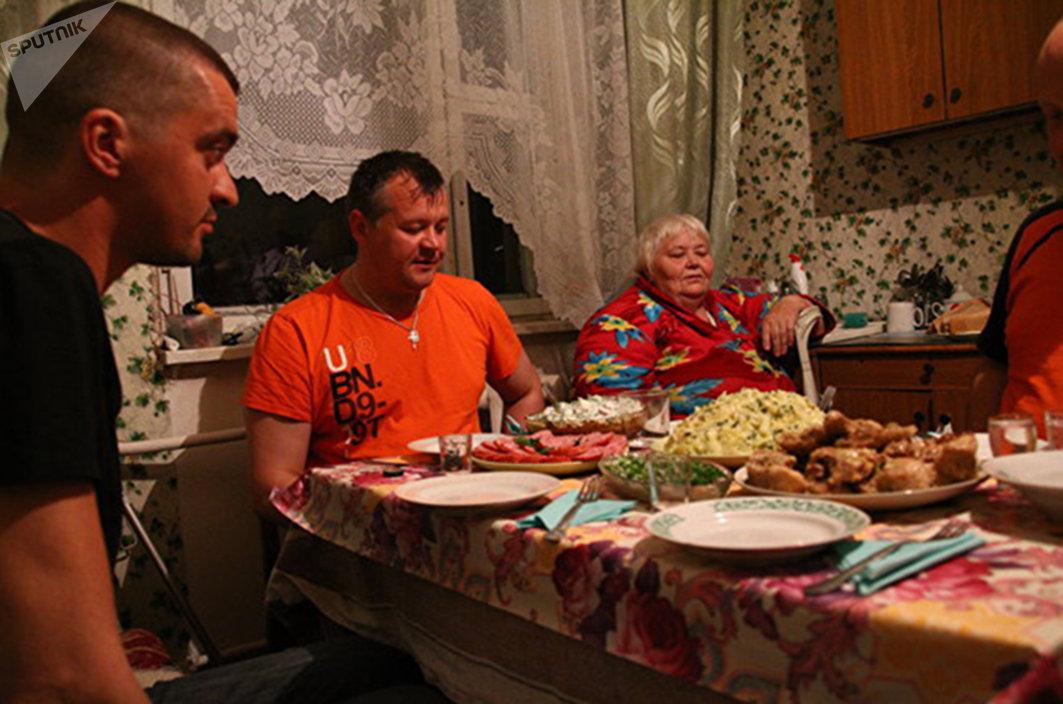 Поздний ужин в гостеприимном доме