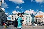 Мужчина с фотоаппаратом на Ратушной площади