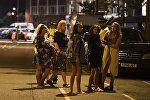 Женщины стоят перед полицейским оцеплением в Лондон 4 июня 2017 года, после террористической атаки на Лондон