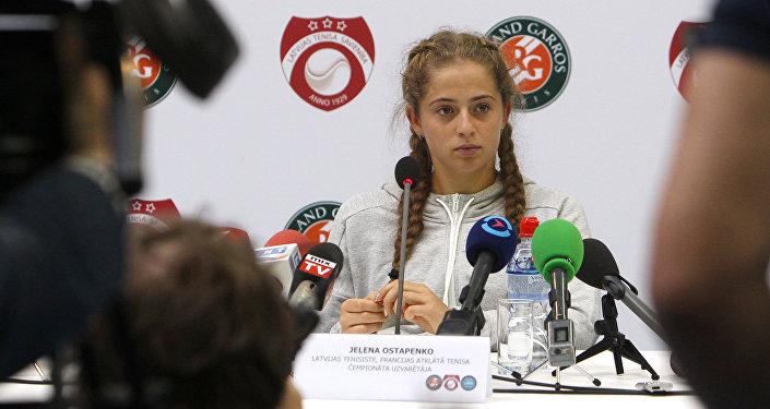 Латвийская теннисистка Елена Остапенко во время пресс-конференции