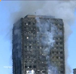 Spēcīgs ugunsgrēks dzīvojamajā daudzstāvu ēkā Londonā