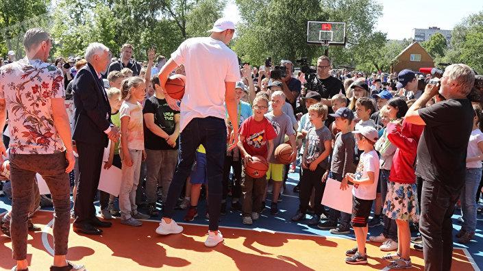 Баскетболист  Кристапс Порзингис открывает площадку