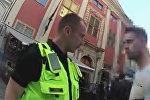 Муниципальный полицейский штрафует хулигана в центре Риги
