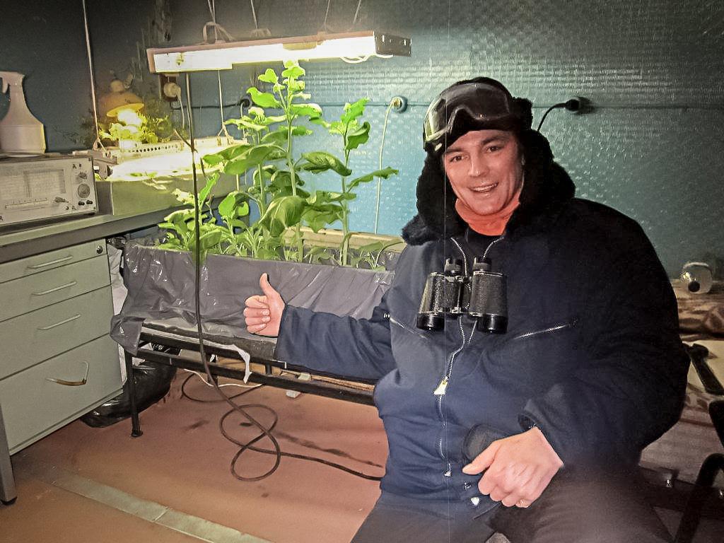 Герман Москвитин - выращиваем свой табак, сорт Сандис деревенский привезён в Антарктику из далёкой Латвийской деревушки
