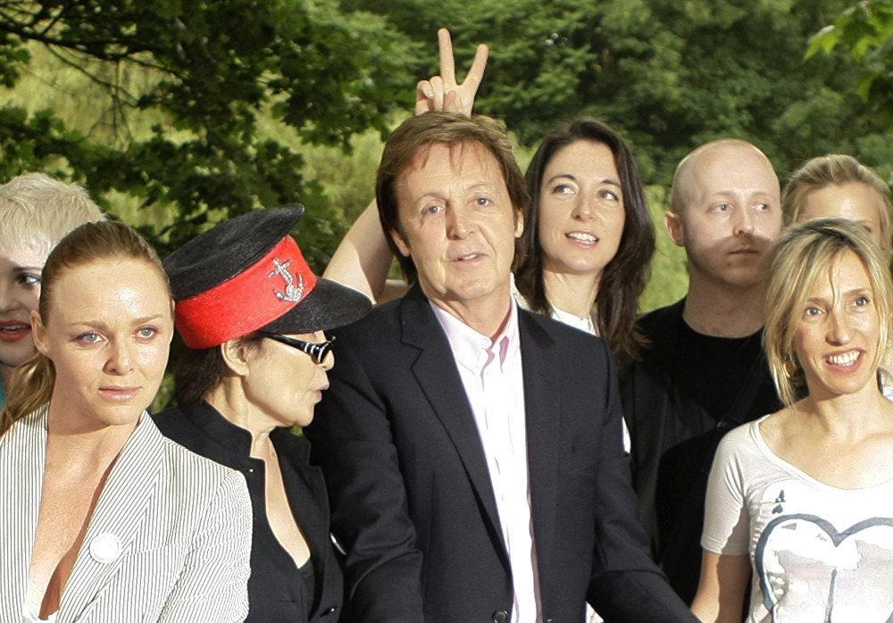 Пол Маккартни позирует для фотографии со своим сыном Джеймсом, второй справа, дочерью Марией, третья справа, Стеллой, спереди, слева, Йоко Оно, второй слева, и художницей Сэм Тейлор-Вуд