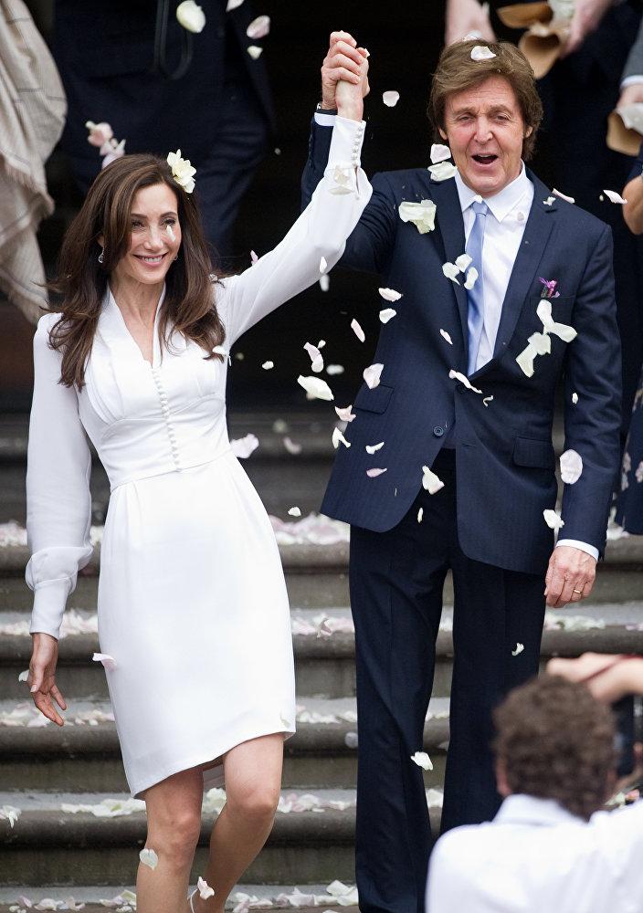 Легенда Битлз Пол Маккартни и его новая жена Нэнси Шевелл после регистрации брака 9 октября 2011 года