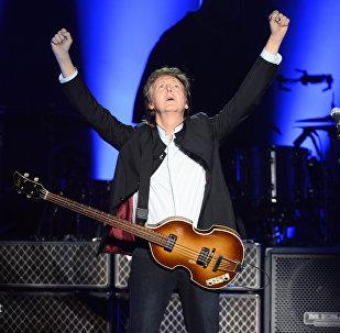 Британский музыкант и бывший участник Битлз Пол Маккартни выступает на сцене на стадионе Берси в Париже 30 мая 2016 года