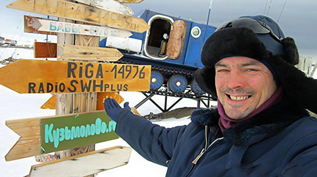 Герман Москвитин рядом с местным указателем направлений
