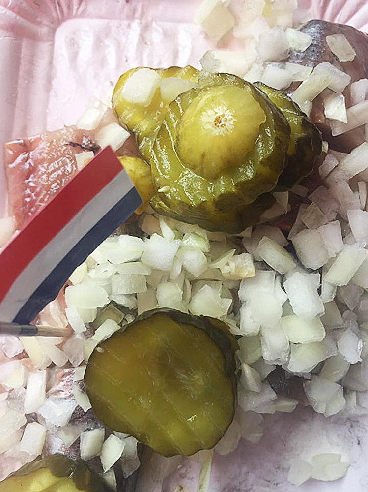 Угощение на праздике Дня селедки в Голландии