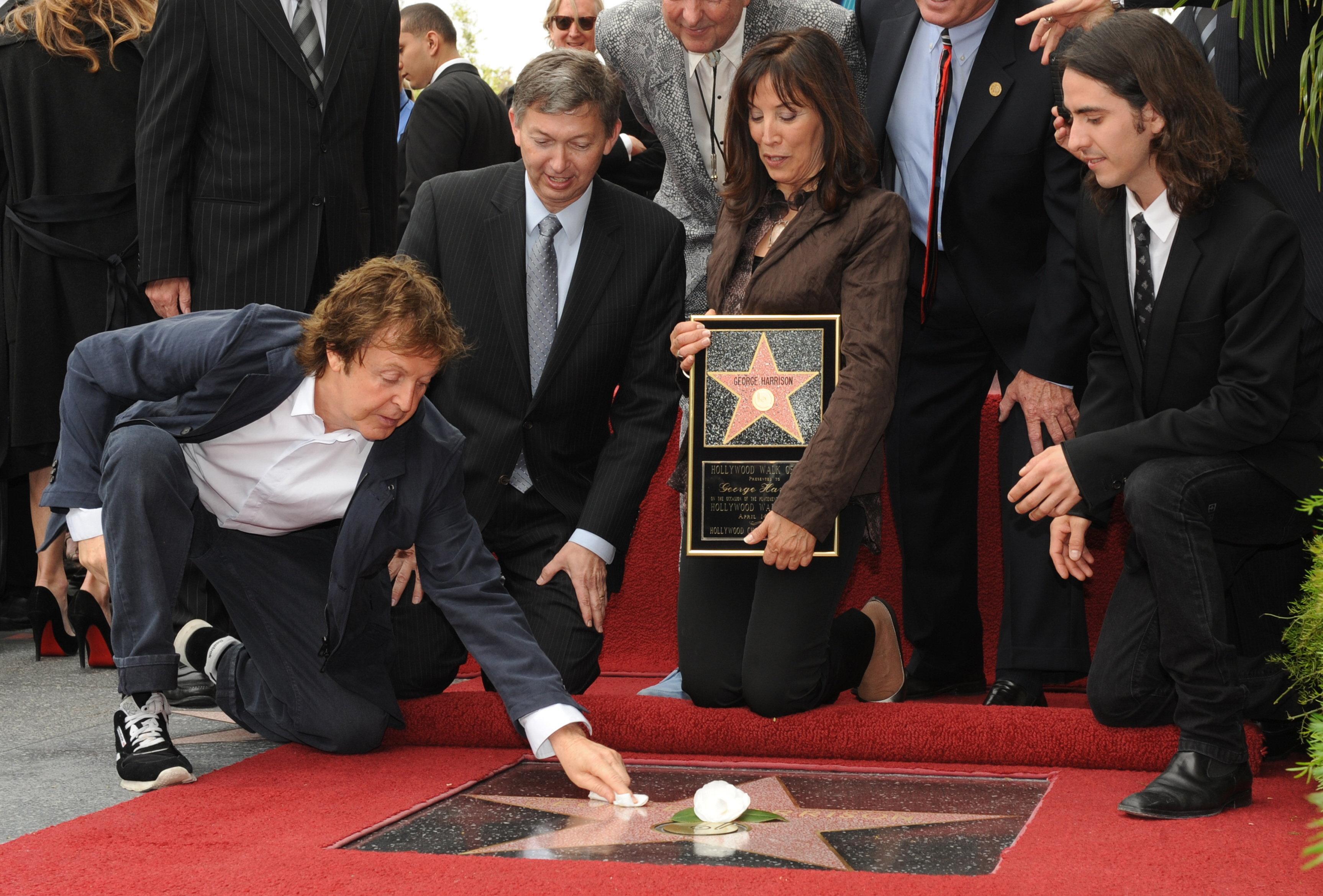 Пол Маккартни на открытии звезды  легенде Битлз Джорджу Харрисону (посмертно) на голливудской аллее славы в Лос - Анджелосе