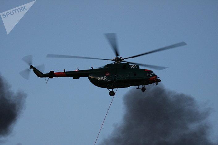Вертолет НВС участвует в тушении пожара на станции переработки мусора в Юрмале