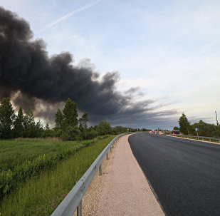 Дым от пожара на станции сортировки и переработки мусора в Юрмале