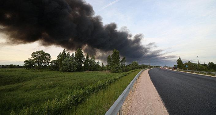 Atkritumu šķirošanas un pārstrādes stacijas ugunsgrēks Jūrmalā. Foto no arhīva