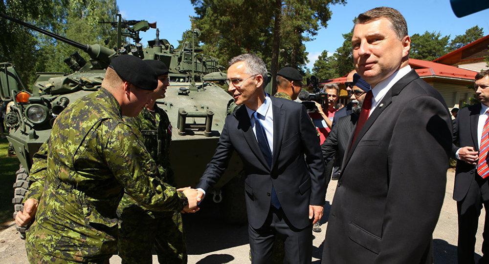 Генсек НАТО Йенс Столтенберг и президент Латвии Раймондс Вейонис на церемонии развертывания многонационального батальона НАТО в Латвии
