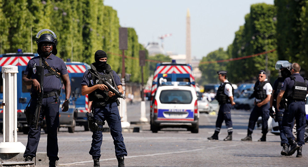 НаЕлисейских Полях встолице франции идёт полицейская операция