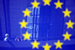 Туристы в отражении эмблемы ЕС