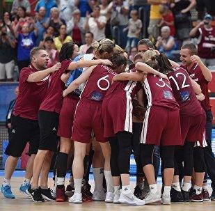 Сборная команды Латвии во время баскетбольного матча со сборной Сербии