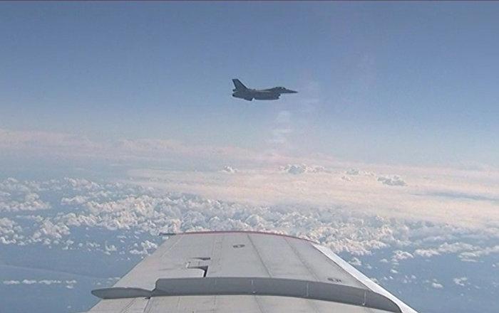 Истребитель НАТО приблизился к самолету министра обороны РФ