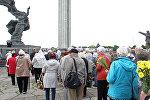 Vainagu nolikšanas ceremonija pie pieminekļa Rīgas Atbrīvotājiem 2017. gada 22. jūnijā