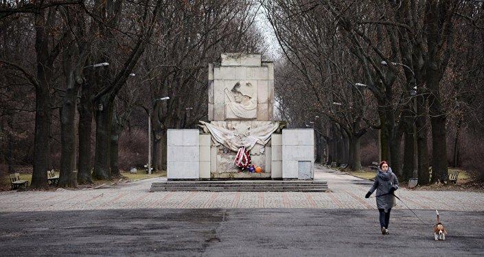 Pateicības piemineklis Sarkanajai Armijai Varšavā. Foto no arhīva