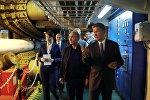 Президент РФ Владимир Путин и председатель правления ПАО Газпром Алексей Миллер (справа) во время осмотра судна-трубоукладчика Пиониринг Спирит