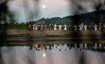 Люди на празднике в русских национальных костюмах, архивное фото