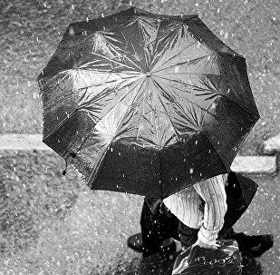 Человек с зонтом, архивное фото