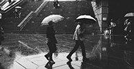 Люди с зонтиками под дождем