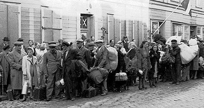 Беженцы, не успевшие эвакуироваться и возвращенные пятой колонной в оккупированную Ригу. Июль 1941 года