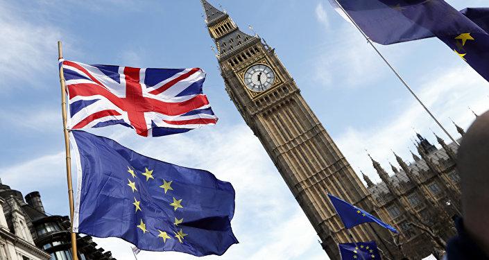 ES un Lielbritānijas karogi Vestminsteras pils pulksteņa torņa fonā Londonā