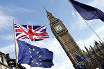 Флаги Евросоюза и Великобритании на фоне часовой башни Вестмнстерского дворца в Лондоне, архивное фото