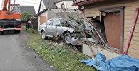Эвакуация автомобиля на Гриве, который снес половину дома