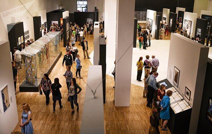 Посетители на выставке Оттепель во время международной акции Ночь музеев в Третьяковской галерее