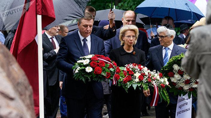 Премьер-министр Латвии Марис Кучинскис, спикер Сейма Инара Мурниеце и председатель Рижской еврейской общины Аркадий Сухаренко возлагают цветы к мемориалу Большой хоральной синагоги