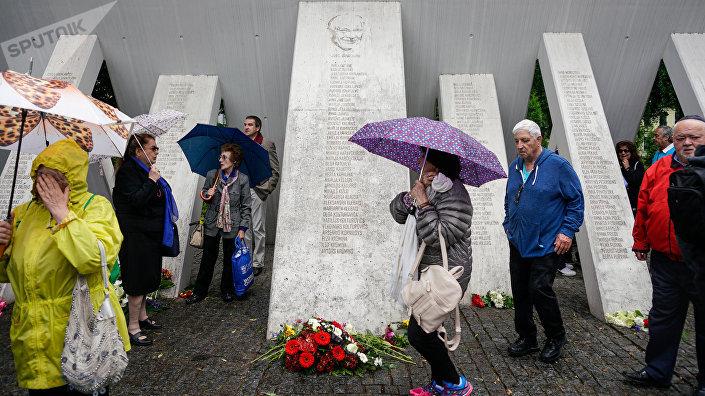 У памятника Жанису Липке