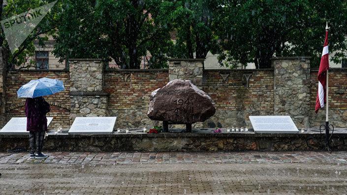 Памятный камень у мемориала Большой хоральной синагоги