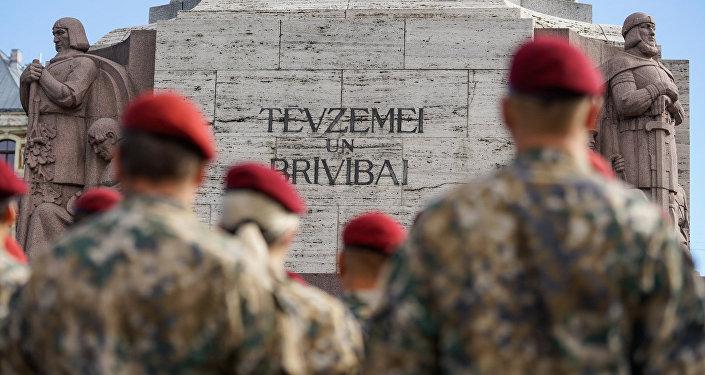 Военнослужащие Военной полиции у Памятника Свободы