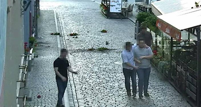 Британские туристы разгромили в Старой Риге летнюю террасу ресторана, 6 июля 2017