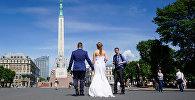 Līgavainis ar līgavu iet pie Brīvības pieminekļa